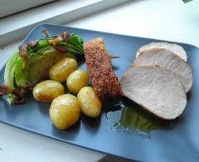 Flæskesteg med sprød svær, spidskål og nye kartofler i det nye nordiske køkken