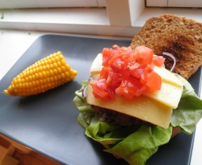 Hjemmelavet cheese burger med tomat salsa, rdlg og salat