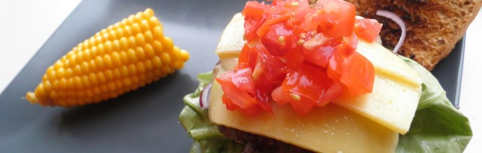 Hjemmelavet cheese burger med tomat salsa, rødløg og salat