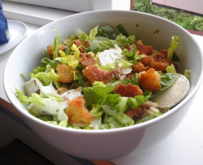 Salat med gedeost, valnødder og brød croutoner
