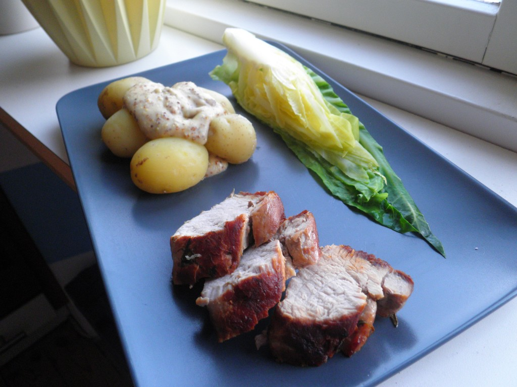 mørbrad med spidskål, kartofler og sennespsovs