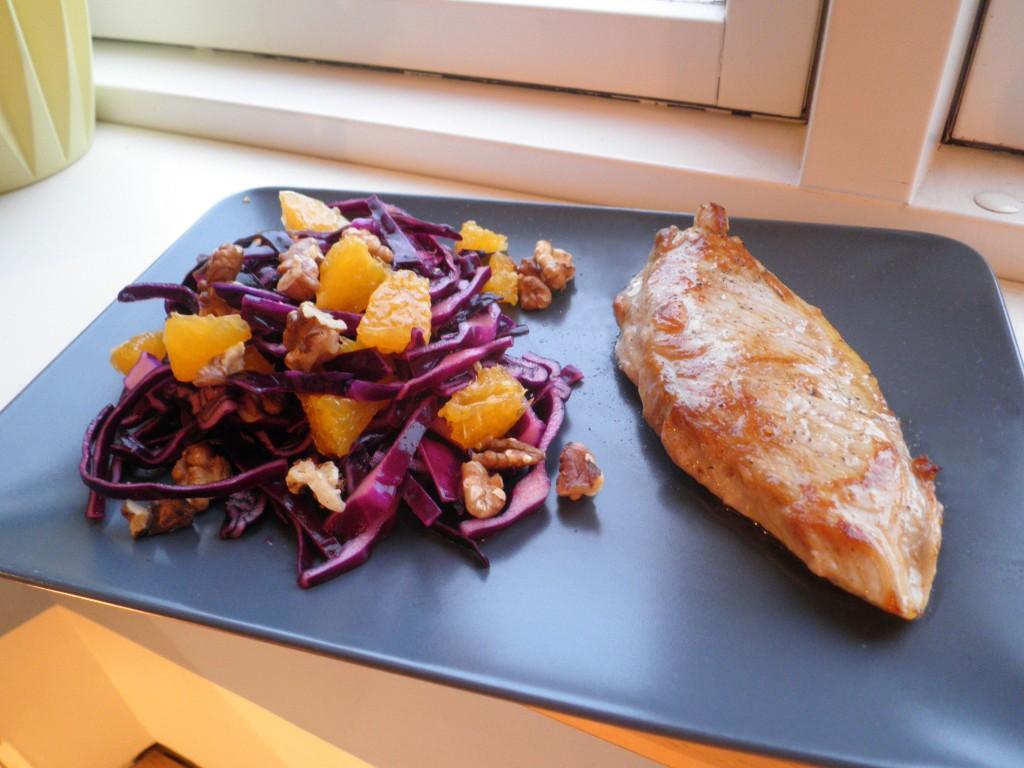 Snitzel med salat af rødkål, appelsin og valnødder
