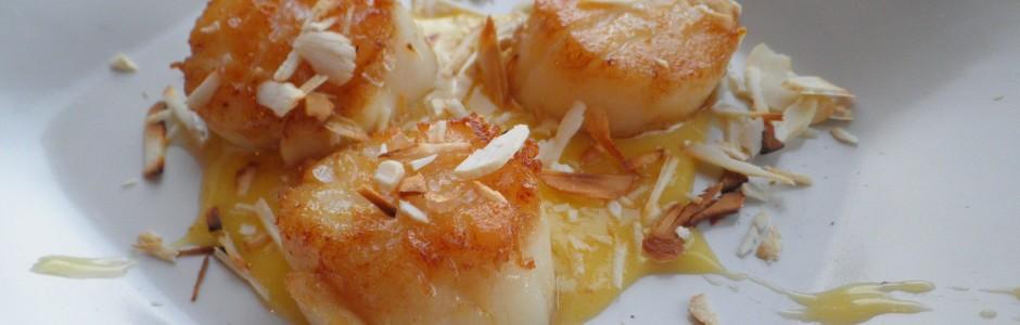 Kammuslinger med cashewspåner og citrongræs-hollandaise