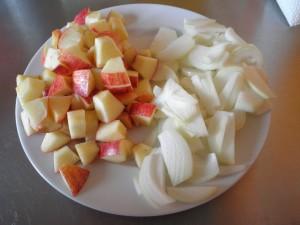 æbler og løg skåret i stykker