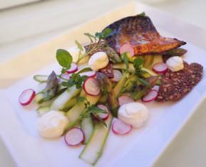 Pandesteget makrel med salat af asparges og rygeost-creme