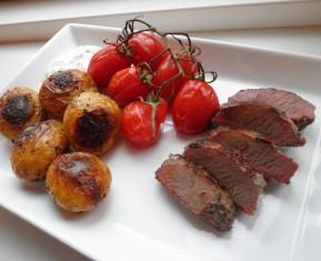 lammefilet ovnstegte kartofler og tomater på stilk