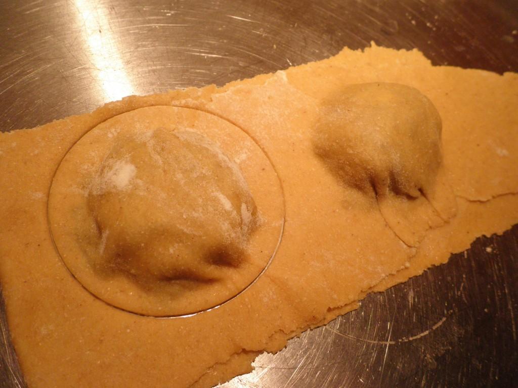 Ravioli (fyldt pasta) stikkes ud