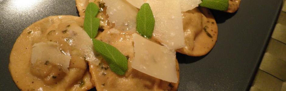 Ravioli (pasta) med svampe-fyld (sort trompetsvamp)