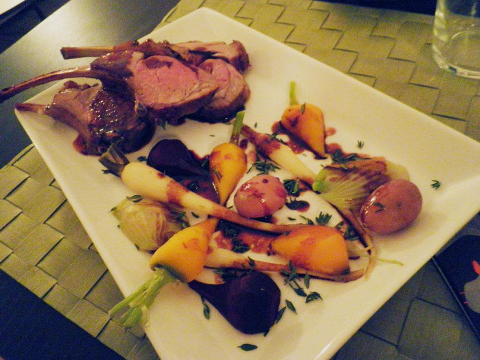 Lammerack og baby grøntsager, gulerod, pastinak, fennikel, rødbede og kartoffel