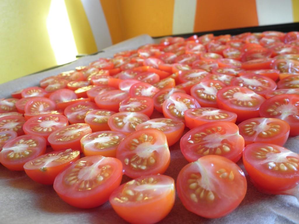 halve cherrytomater til at lave semi-dried tomater - gode til madgaver