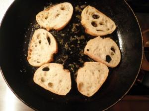 Brød croutoer ristes indend der kommer ost på