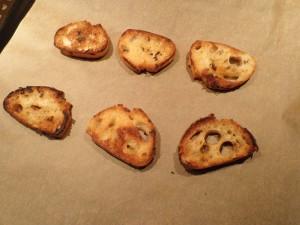 Færdigristede brødcroutoner til fransk løgsuppe