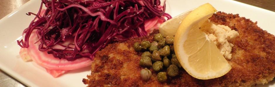 Wienersnitzel med salat af rødkål og stribede beder