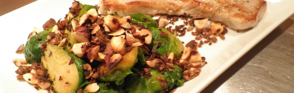 Skinkesnitzel med rosenkål, krummer af ristet rugbrød og ristede hasselnødder