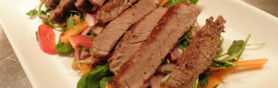 Vietnamesisk inspireret salat med oksekød og krydderurter
