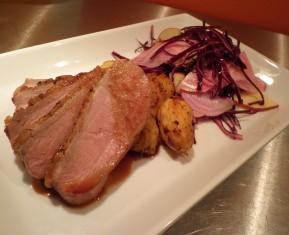 Morten and, and på en moderne måde med kartofler stegt i andefedt og rødbede salat