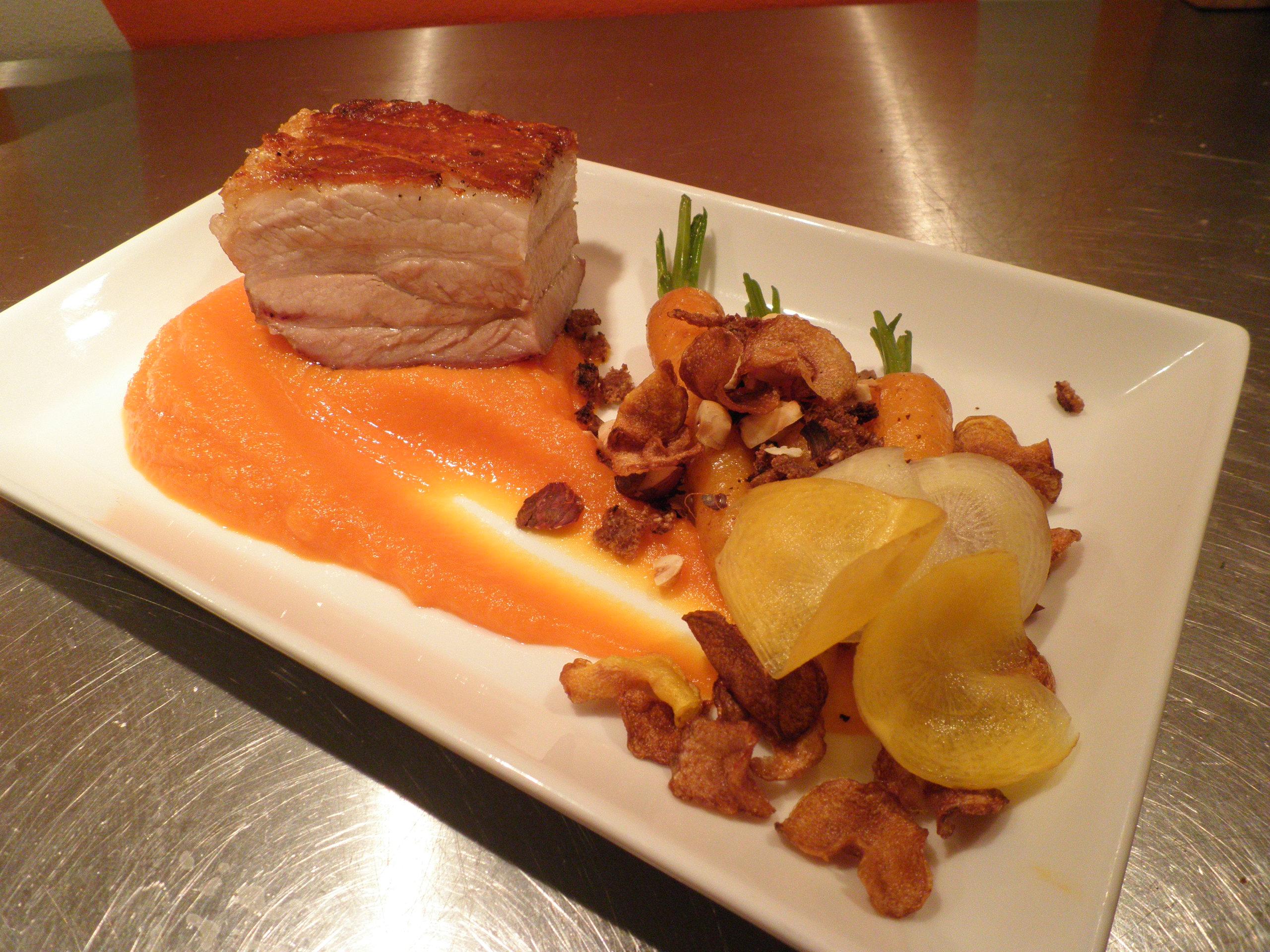 Svineslag / Pork belly med pure og chips af gulerødder samt smørstegte gulerødder