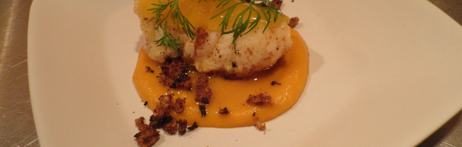 Havtaske med gulerodspure (pure på gulerod) og appelsingele (gele på appelsin). Garneret med dild og rugbrødskrummer