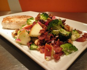 Salat med æble, broccoli og bacon