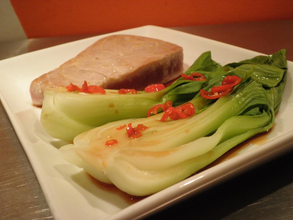 tun Steak med dampet pak choy og hoisin sauce - asiatisk inspireret