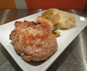 Saftig Kotelet med hjemmelavet kartoffelmos og stegte porre