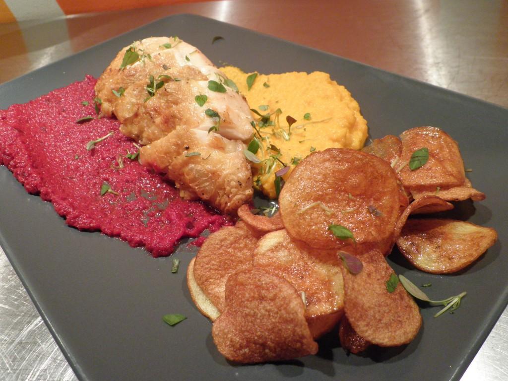 Saftigt og sprødt kyllingebryst med kartoffelchips og rødbedepure og gulerodspure