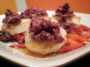 tapas - grillet gedeost, grillet peberfrugt og grov oliventapanade
