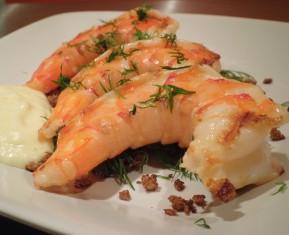 Grillede gambas / Tiger rejer med rugbrød og peberrods-mayonnaise. Nyfortolkning af rejemad