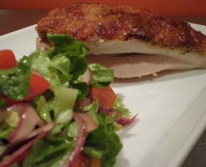 kylling med spødt skind og en let salat