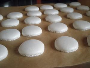 Hvordan laver man macarons? Rigtig dej, Som har fået fødder under bagning