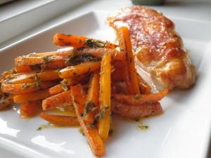 Stegte gulerødder med pesto af gulerodstoppe