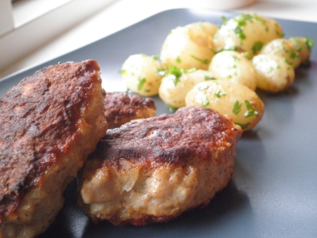Frikadeller og nye danske king edward kartofler med smør og persille