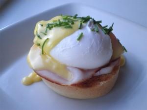 eggs benedict med hollandaise sauce, skinke, engelsk muffin og pocheret æg