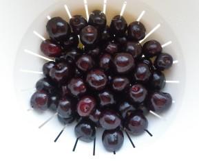 Friske danske kirsebær der skal romsyltes og bruges til juleaftens kirsebærsauce