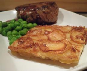 Oksemørbrad med flødekartofler, friske danske ærter og rødvinssauce