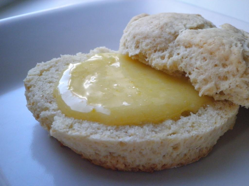 perfekt hjemmelavet scone med lemon curd