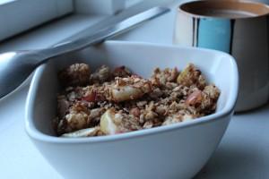 Granola, hjemmelavet morgen-knas, ristede havregryn med æble, kanel og kardemomme