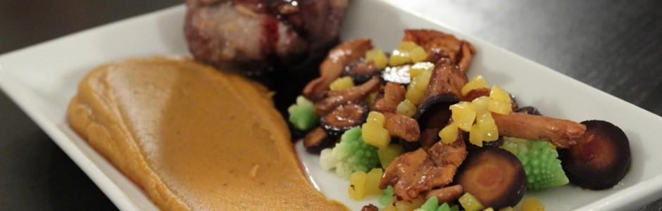 Lammerack, romanesco kål, lilla og gule gulerødder, kantreller og portvinssauce