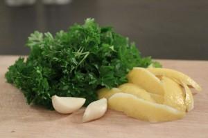 Gremolata ingredienser - hvidløg, persille og citronskal