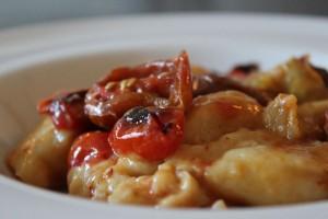 kartoffelgnocchi (pasta af kartofler) med bagte cherrytomater