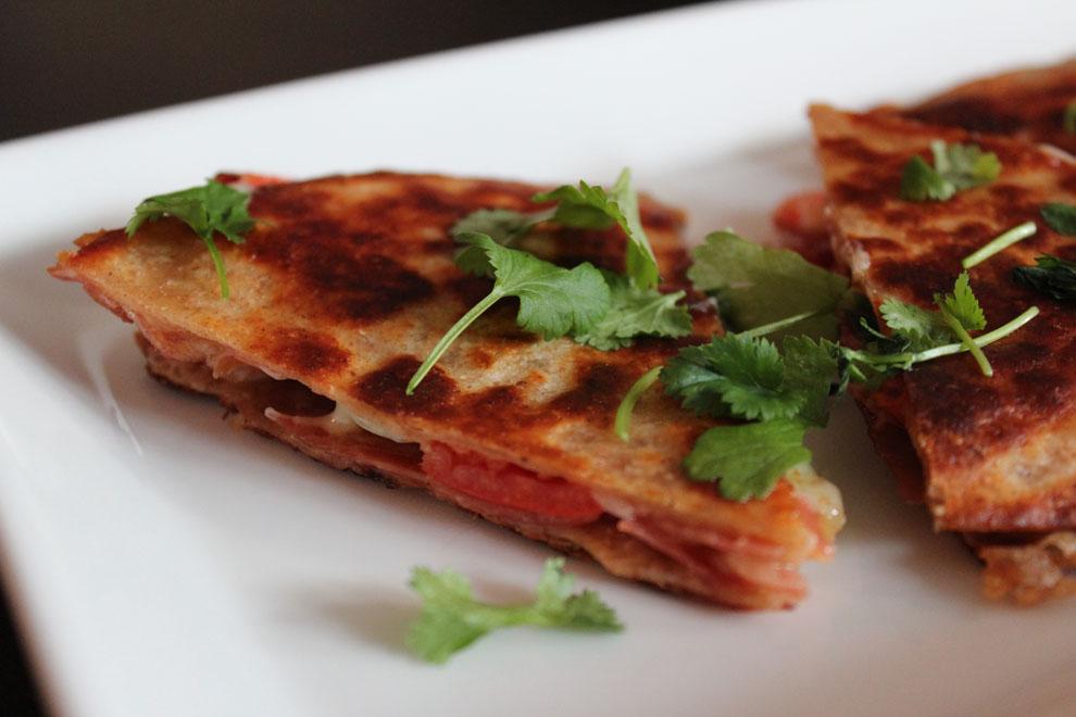 quesadillas (sincronizada) med cheddarost, seranoskinke, forårsløg og tomat