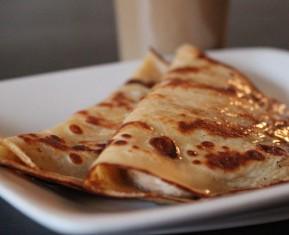 Sprød pandekage fyldt med banan og lid honning hen over er den perfekte vietnamesiske morgenmad