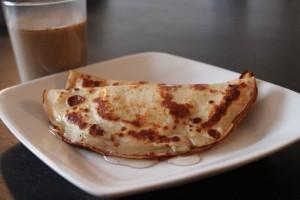 Sprød pandekage fyldt med banan og lid honning hen over er den perfekte vietnamesiske morgenmad, specielt når man får vietnamesisk kaffe til