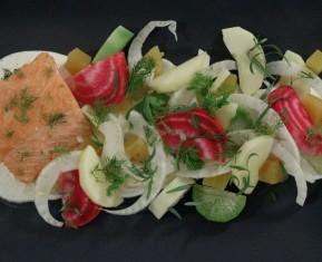 Laks med en salat af vintergrønt i sæson: ræddiker, stribede og gule rødbeder, æble, fennikel og estragon