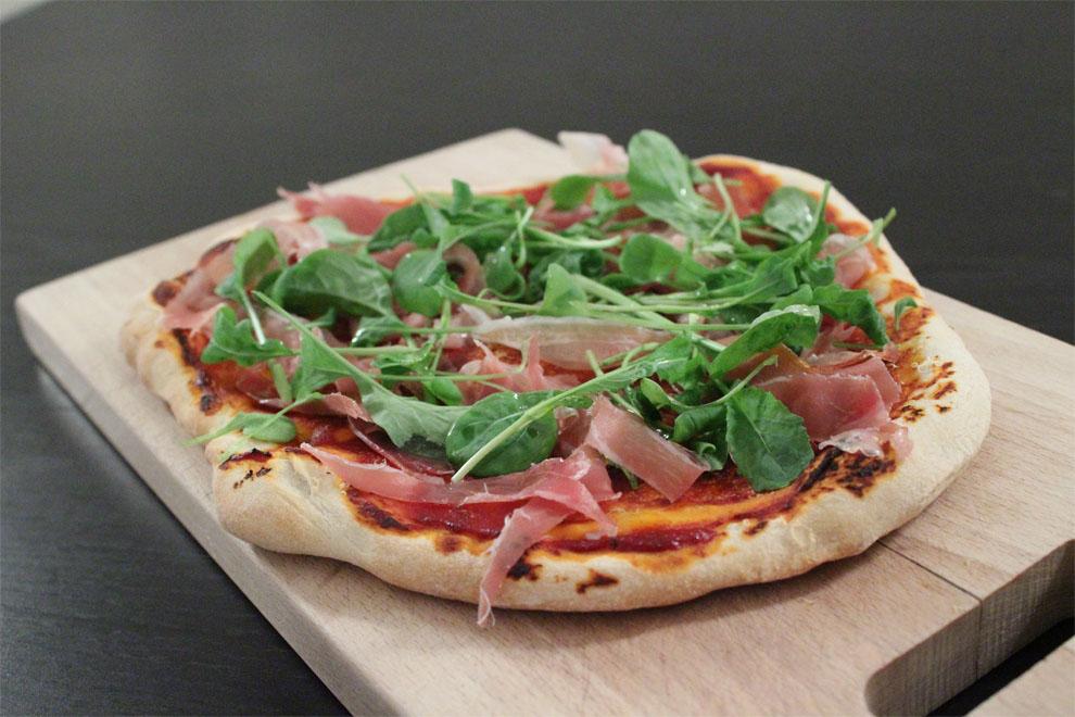 Hjemmelavet pizza med prosciutto, rucola og parmesanost - tynd og sprød bund