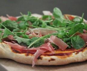 Sprød pizza med prosciutto, rucola og parmesanost
