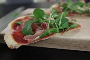 Pizza med prosciutto, rucola og parmesanost - tynd og sprød bund