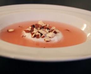 Kølig rabarbersuppe med vaniljeskyr - friskt og sommerligt