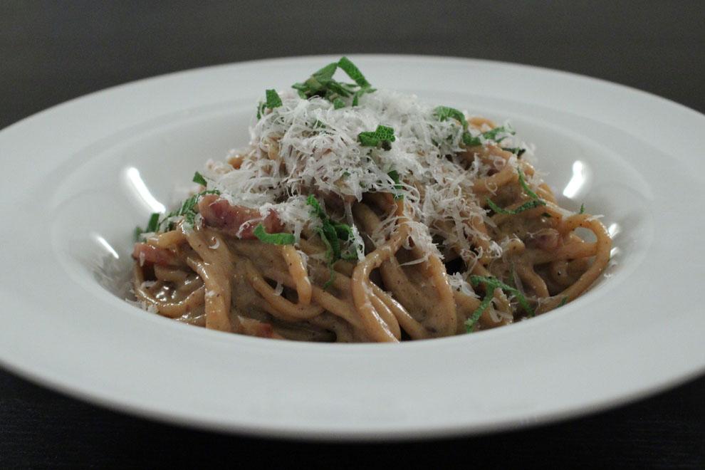 Den ægte cremede spaghetti cabonara: æg, bacon eller panchetta og parmesan ost